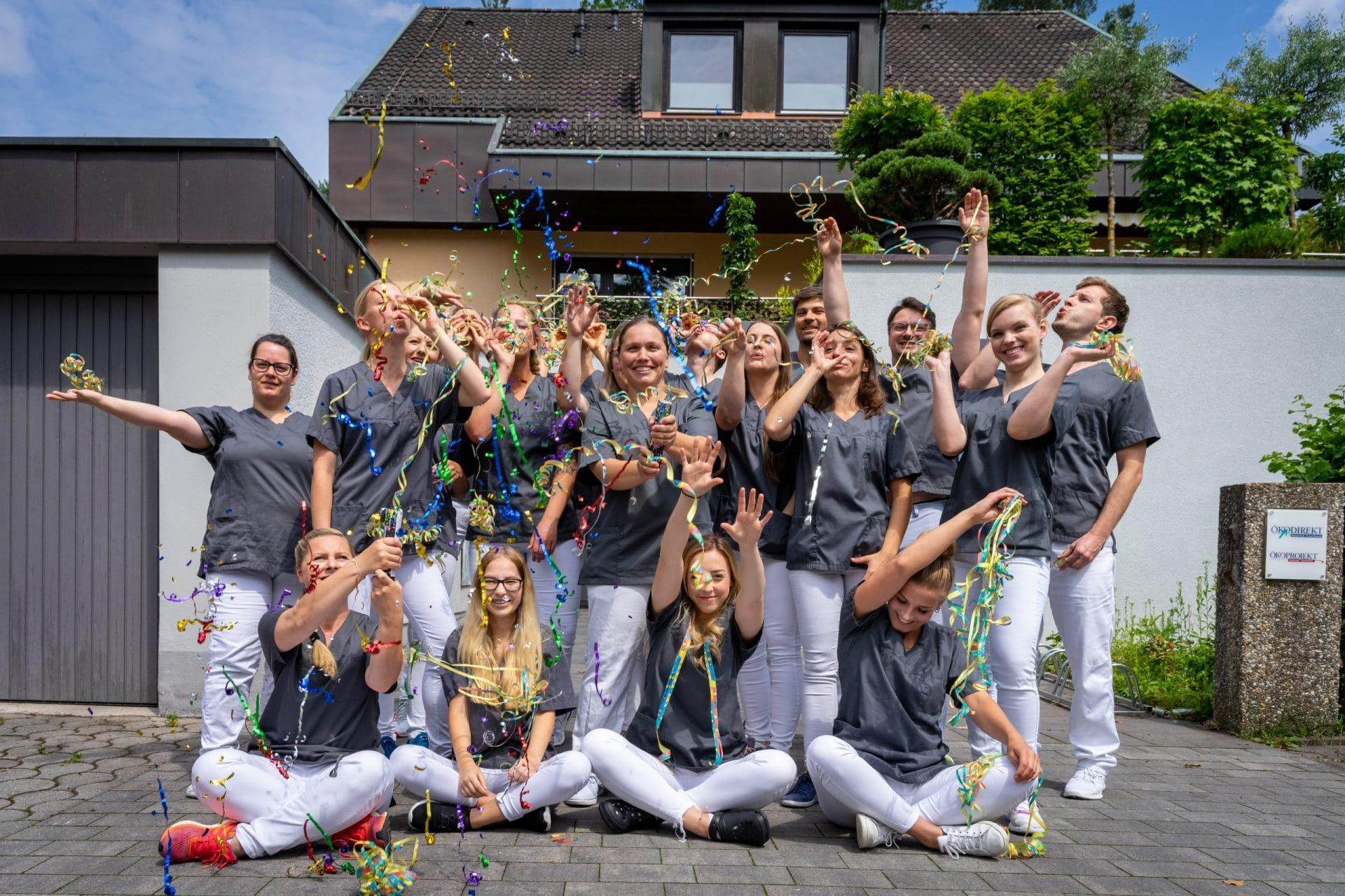 Gruppenfot der Fit4Zahn Belegschaft - Gerngross Media Fotografie