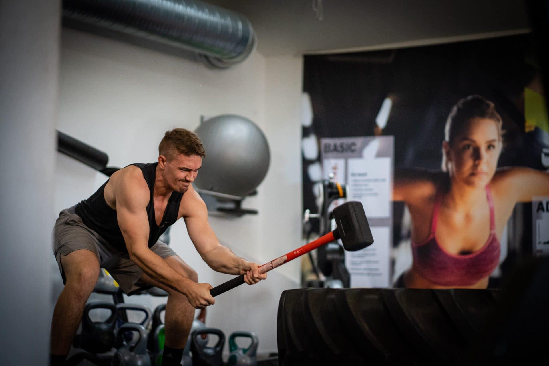 Workout Bild von Flo Ulbig mit Hammer