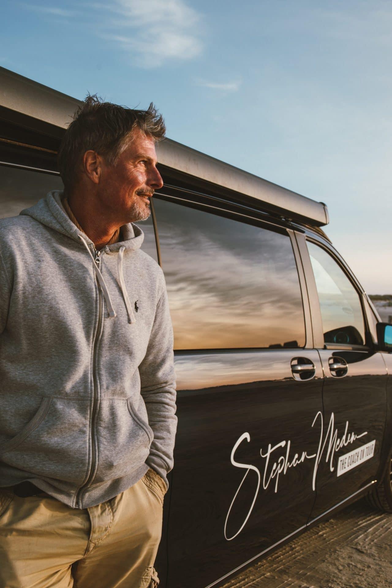 Stephan Medem vor einem Van - Coach on Tour